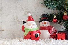 Weihnachtsmann und Schneemann auf dem Schnee mit Weihnachtsbaum Lizenzfreie Stockfotografie
