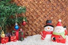 Weihnachtsmann und Schneemann im Weidenhintergrund Stockbild