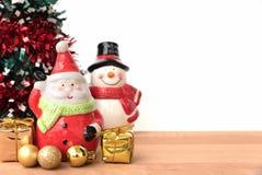 Weihnachtsmann und Schneemann mit dem chrismas Baum Lizenzfreies Stockfoto