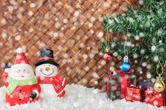 Weihnachtsmann und Schneemann mit dem Schnee im Weidenhintergrund Lizenzfreie Stockbilder