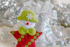 Weihnachtsmann und silberne Glocke, weißer silberner Bogen und Silberballdekoration auf Weihnachten Stockbilder