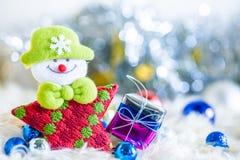 Weihnachtsmann und silberne Glocke, weißer silberner Bogen und Silberballdekoration auf Weihnachten Stockfotos