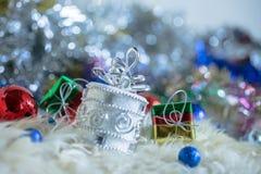 Weihnachtsmann und silberne Glocke, weißer silberner Bogen und Silberballdekoration auf Weihnachten Lizenzfreies Stockbild