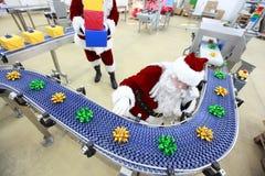 Weihnachtsmann am Weihnachtsverzierung-Produktionszweig lizenzfreie stockfotografie
