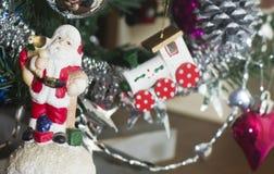 Weihnachtsmann-Zahl und ein Fragment der Cristmas-Baumdekoration Stockfoto