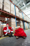 Weihnachtsmannprüfungliste der Geschenke im Lagerhaus stockfotos