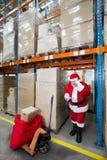Weihnachtsmannprüfungliste der Geschenke im Lagerhaus lizenzfreies stockbild