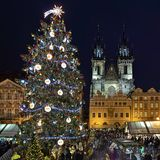 Weihnachtsmarkt am alten Marktplatz von Prag, Tschechische Republik Stockfoto