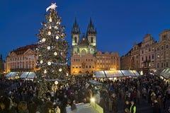 Weihnachtsmarkt auf dem alten Marktplatz von Prag, Tschechische Republik Stockfoto