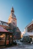 Weihnachtsmarkt auf dem Hauben-Quadrat mit Riga-Hauben-Kathedrale herein Stockbild