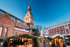 Weihnachtsmarkt auf dem Hauben-Quadrat mit Riga-Hauben-Kathedrale herein Lizenzfreie Stockfotos