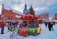 Weihnachtsmarkt auf dem Hauptplatz von altem Riga Stockbild