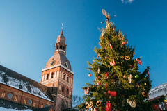 Weihnachtsmarkt auf Hauben-Quadrat mit Riga-Hauben-Kathedrale in Riga Stockbilder