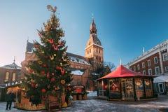 Weihnachtsmarkt auf Hauben-Quadrat mit Riga-Hauben-Kathedrale in Riga Stockbild
