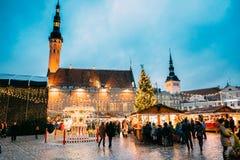 Weihnachtsmarkt auf Rathausquadrat in Tallinn, Estland Weihnachten Stockfotos