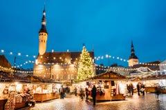 Weihnachtsmarkt auf Rathausquadrat in Tallinn, Estland Weihnachtsbaum und Handels-Häuser mit Verkauf von Weihnachtsgeschenken Lizenzfreie Stockbilder