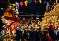 Weihnachtsmarkt auf Stadtplatz nachts lizenzfreie stockfotografie