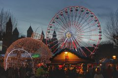 Weihnachtsmarkt beim Vrijthof in Maastricht lizenzfreie stockfotografie