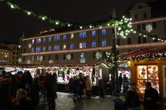 Weihnachtsmarkt an beleuchtetem Rathaus bis zum Nacht Stockbilder