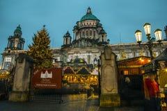 Weihnachtsmarkt an BelfastRathaus und Stockfotografie