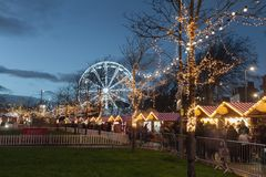 Weihnachtsmarkt belichtet nachts Lizenzfreie Stockbilder