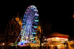 Weihnachtsmarkt in Erfurt mit Ansicht zum Rollen des hohen Rades und der Kathedrale lizenzfreie stockbilder