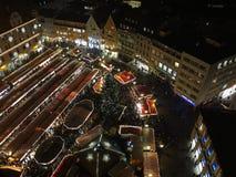 Weihnachtsmarkt-Flächenansicht bis zum Nacht Stockfotografie