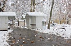 Weihnachtsmarkt im Schnee Stockbild