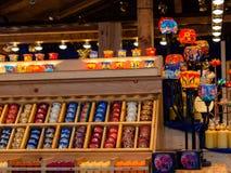 Weihnachtsmarkt, Kerzen und Kerzenhalter Lizenzfreie Stockfotos