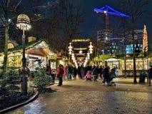 Weihnachtsmarkt in Tivoli-Gärten von Kopenhagen am Abend, Dänemark Stockbild
