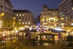 Weihnachtsmarkt vor der des St Stephen Basilika Lizenzfreies Stockbild
