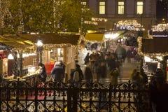 Weihnachtsmarkt vor der des St Stephen Basilika Lizenzfreie Stockfotografie