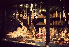 Weihnachtsmarktkiosk mit reizenden handgefertigten hölzernen Weihnachtsdekorationen Stockbilder