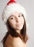 Weihnachtsmädchen, das über ihrer Schulter schaut Lizenzfreie Stockfotografie
