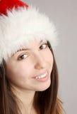 Weihnachtsmädchen, das die Kamera lächelt und betrachtet Lizenzfreies Stockbild