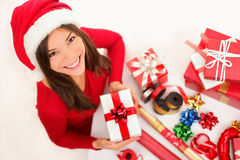 Weihnachtsmädchen, das Geschenke einwickelt Stockfotos