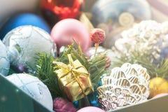 Weihnachtsmehrfarbige Spielwaren, strukturierte Bälle liegen in einem offenen Kasten, Effekt des instagram stockbild