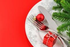Weihnachtsmenükonzept auf rotem Hintergrund Stockfoto