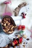 Weihnachtsmilch in den Flaschen und in den Feiertagsbonbons Partei des neuen Jahres Farbige Milch und Strohe lizenzfreie stockfotografie