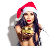Weihnachtsmode-modell-Mädchen, das goldene Geschenkbox hält lizenzfreies stockfoto