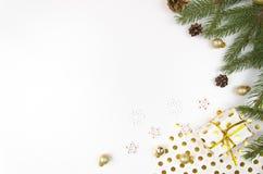 Weihnachtsmodell-Ebenenlage redete Szene mit Weihnachtsbaum, Geschenkbox und Dekorationen an Kopieren Sie Raumweißhintergrund Stockfotografie
