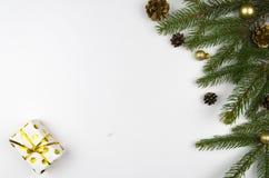Weihnachtsmodell-Ebenenlage redete Szene mit Weihnachtsbaum und Dekorationen an Kopieren Sie Platz Lizenzfreie Stockbilder
