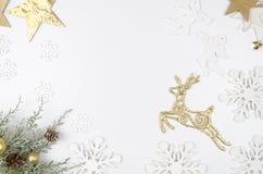 Weihnachtsmodell-Ebenenlage redete Szene mit Weihnachtsdekorationen, Engeln, goldenen Rotwild, Sternen und Schneeflocken an exemp Lizenzfreie Stockfotografie