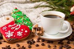 Weihnachtsmorgen - Lebkuchen und heißer Kaffee und Weihnachten Dezember Stockbild