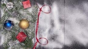 Weihnachtsmotivhintergrund, Weihnachten mit Kopienraum, Feiertagshintergrund mit Dekorationen lizenzfreies stockbild