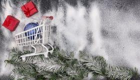 Weihnachtsmotivhintergrund, Weihnachten mit Kopienraum, Feiertagshintergrund mit Dekorationen stockbild