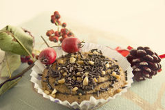 Weihnachtsmuffin mit Schokoladen- und Mandelkuchen Lizenzfreies Stockfoto