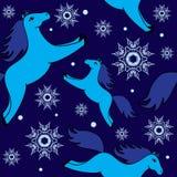 Weihnachtsmuster mit blauen Pferden und Schneeflocken Lizenzfreie Stockbilder