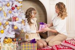 Weihnachtsmutter und -tochter Lizenzfreie Stockfotos