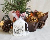 Weihnachtsnachtischkegel und Weihnachtsgeschenk auf einem hellen Hintergrund Lizenzfreie Stockbilder